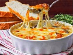Запеканка с картофи, пилешко месо, гъби, сирене фета и кашкавал - снимка на рецептата